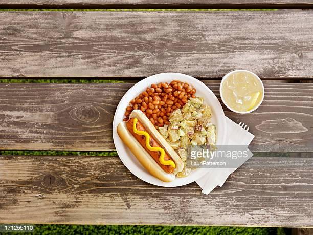 Barbecue avec de la limonade un Hotdog classiques
