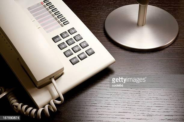 Réception de l'hôtel/table de chevet avec téléphone et de l'espace de copie
