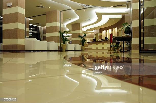 Entrée de l'hôtel en marbre et en pierre