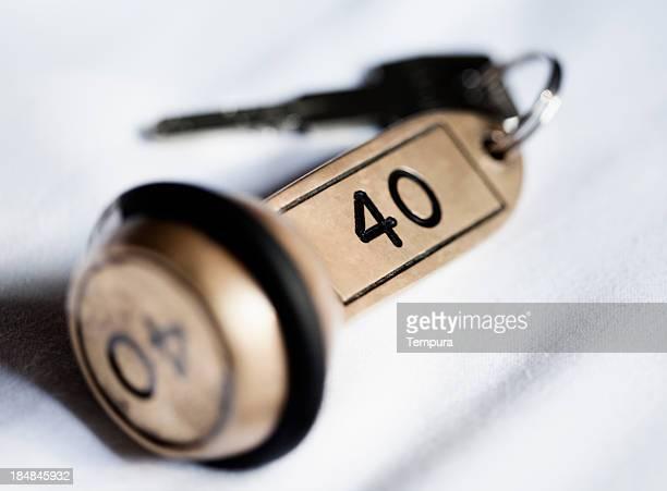Hôtel key Allongé sur le lit de la chambre.