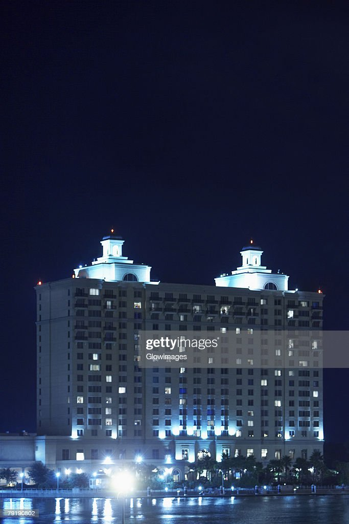Hotel lit up at night, Westin Savannah Harbor Resort, Savannah, Georgia, USA : Foto de stock