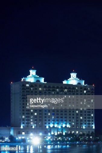 Hotel lit up at night, Westin Savannah Harbor Resort, Savannah, Georgia, USA : Foto de stock