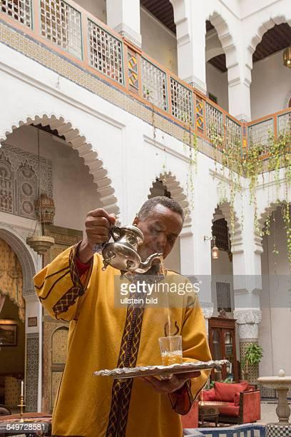 Hotel restaurant und Gästehaus Dar el Ghalia in einem historischen Rijad in der Altstadt von Fes Marokko Angestellter schenkt Tee ein