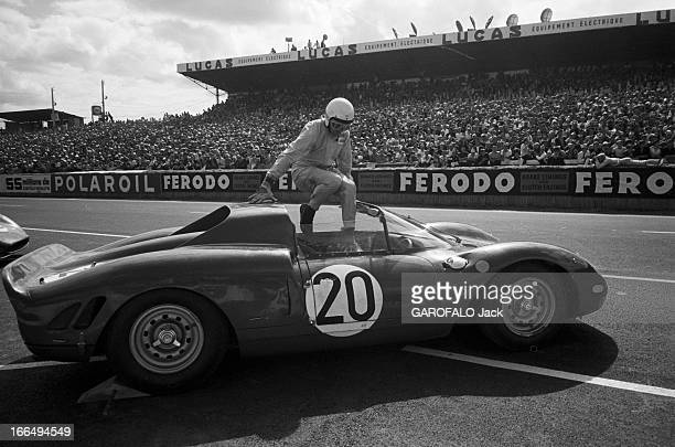 24 Hours Of Le Mans 1965 Le Mans 20 Juin 1965 Lors des 24 heures du Mans un pilote casqué et en combinaison aute dans sa voiture à l'arrêt en bord de...