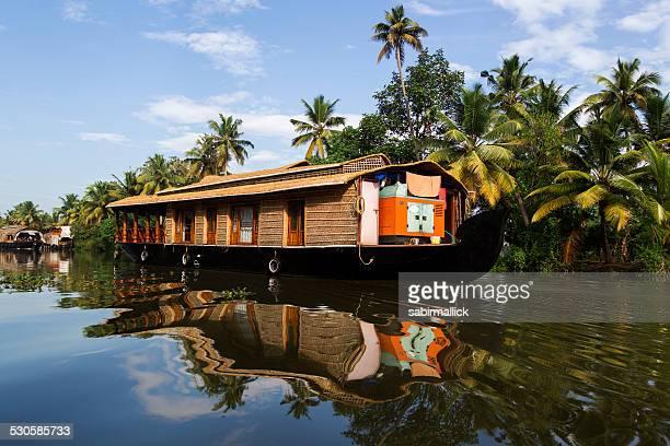 Maison bateau dans l'eau