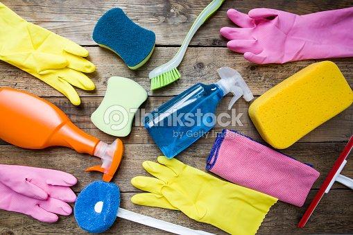 Prodotti per la pulizia della casa sul tavolo in legno - Prodotti ecologici per la pulizia della casa ...