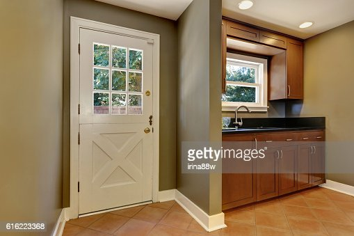 House interior. Entryway with Olive tones walls : ストックフォト