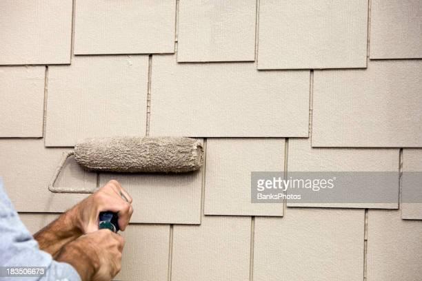 House Painter Roller an der Verkleidung der Fassade Malerarbeiten neuen