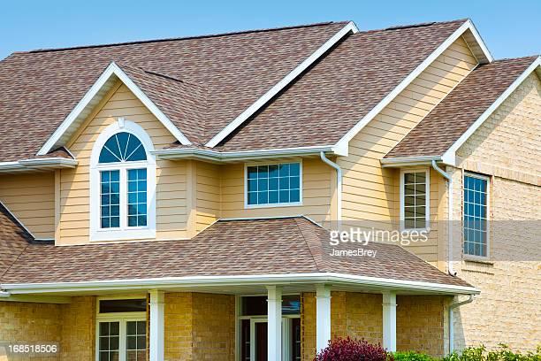 Casa di mattoni, architettura in vinile schierandosi di fatto, asfalto la ghiaia tetto