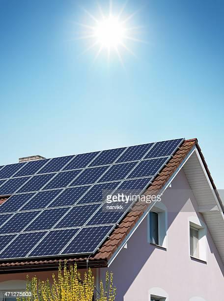 Haus mit Solarzellen auf dem Dach