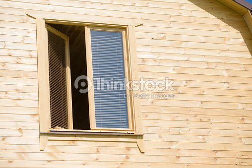 Maison En Bois Avec Fenêtre De Jalousie Photo Thinkstock