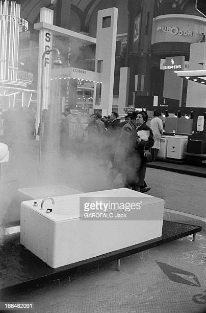 Household Arts 1959 Paris 26 Février 1959 Lors du salon des Arts Ménagers sous la verrière du Grand Palais Mme PICARD choisie par le ministre de la...