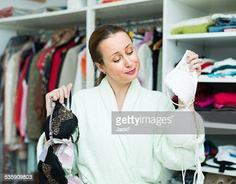 Dona de Casa a escolha de Roupa Interior : Foto de stock