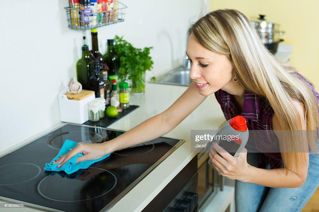 Dona de Casa limpeza Painel eléctrico : Foto de stock