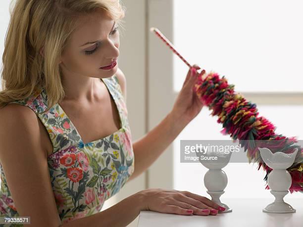 Hausfrau Staub wischen Ornamenten