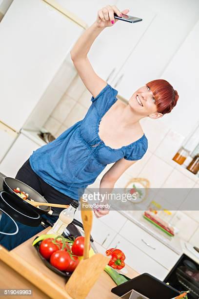 Hausfrau In der Küche Schülern