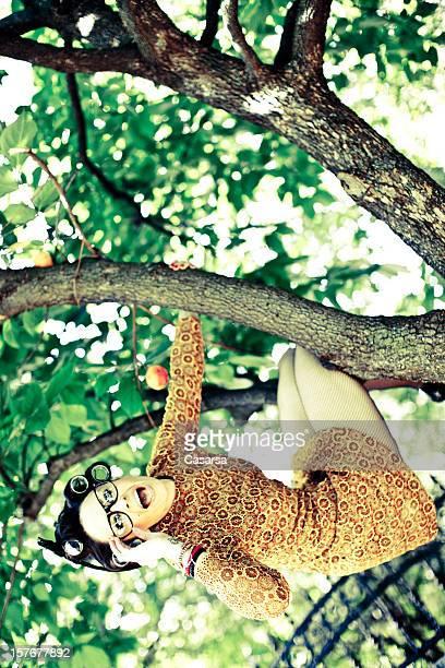 Femme sur l'arbre