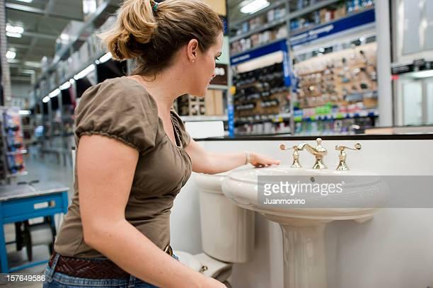 Casalinga shopping di un lavandino del bagno