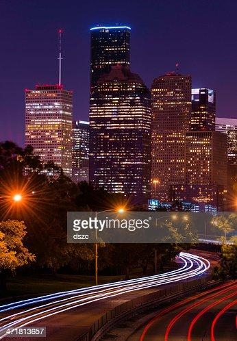 Houston paesaggio urbano di notte con traffico