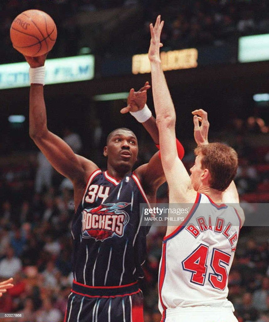 Houston Rockets Hakeem Olajuwon shoots high over