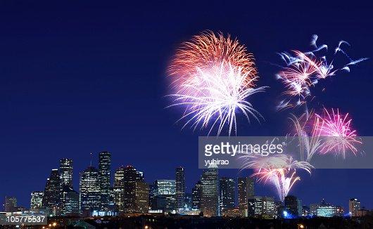 Con fuochi d'artificio sullo skyline di Houston