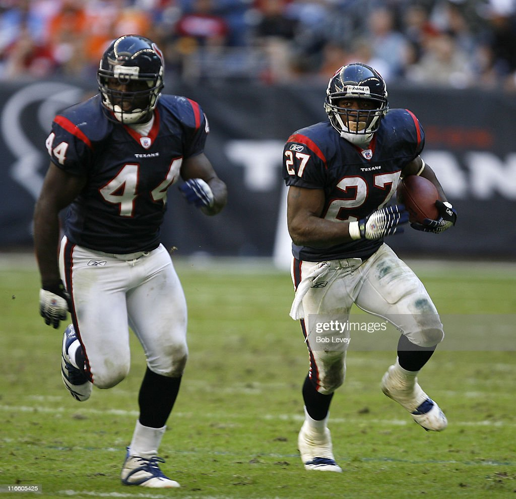 Houston Texans running back Chris Taylor rushes to the outside as Houston Texans running back Vonta Leach pulls on the pay with him to block The...