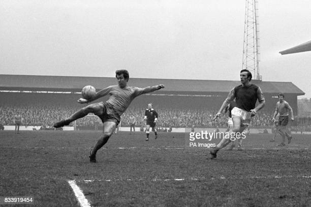 Howard Kendall in action for Everton Alan Stephenson West Ham United