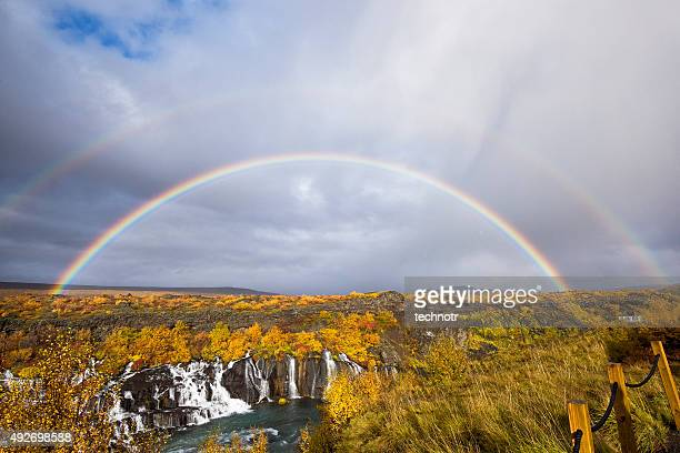 Cascata dello Hraunfossar cascate versare in Hvítá fiume, arcobaleno, ovest dell'Islanda