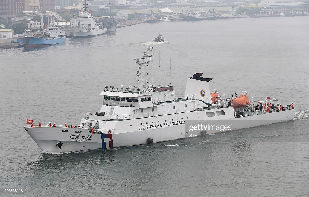 Hsun Hu No. 9, a Taiwanese coastguard vessel, sails in southern Kaohsiung as it leaves for Japan's Okinotori-shima on May 1, 2016. Taiwan sent two patrol ships to waters surrounding a Japanese atoll amid a dispute over the seizure of one of the island's fishing boats there. / AFP / STR / Taiwan OUT