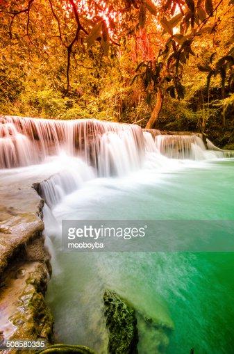 Huai Mae Khamin Cascade dans le parc National de la forêt profonde Kanjanabu : Photo