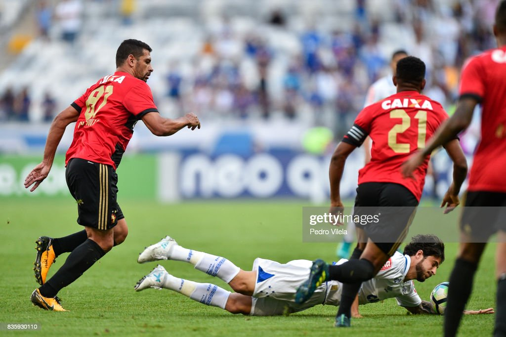 Hudson #25 of Cruzeiro and Diego Souza #87 of Sport Recife battle for the ball during a match between Cruzeiro and Sport Recife as part of Brasileirao Series A 2017 at Mineirao stadium on August 20, 2017 in Belo Horizonte, Brazil.
