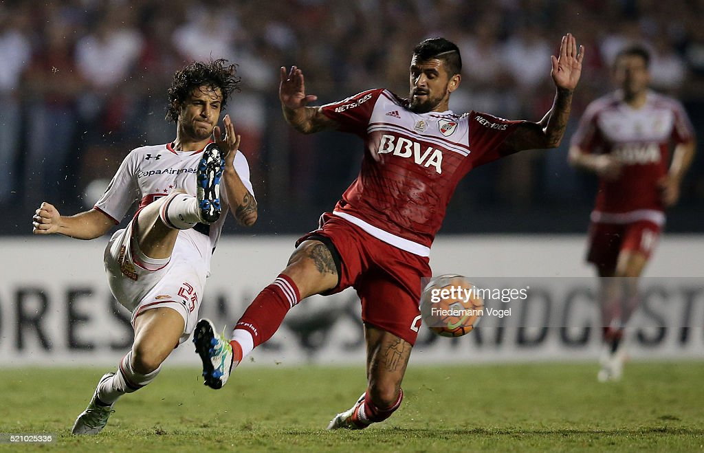Hudson of Sao Paulo fights for the ball with Luis Gonzalez of River Plate during a match between Sao Paulo and River Plate as part of Group 1 of Copa Bridgestone Libertadores at Morumbi Stadium on April 13, 2016 in Sao Paulo, Brazil.