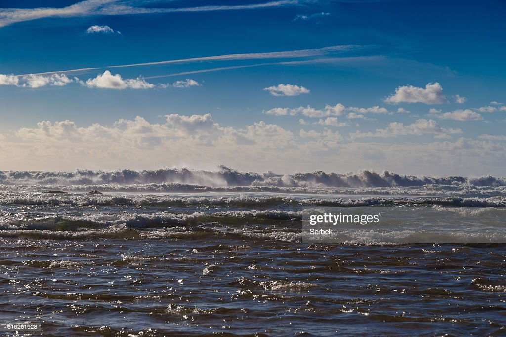 Huge ocean waves blending with skyline near Sagres, Portugal : Stock Photo