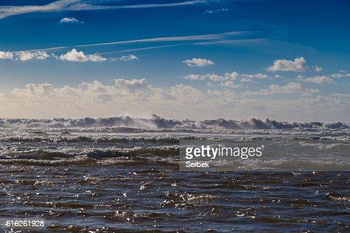 Huge ocean waves blending with skyline near Sagres, Portugal : Stock Photo