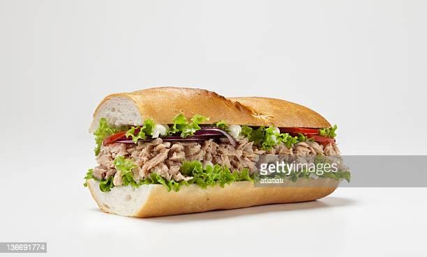 Énorme sandwich isolé sur fond blanc