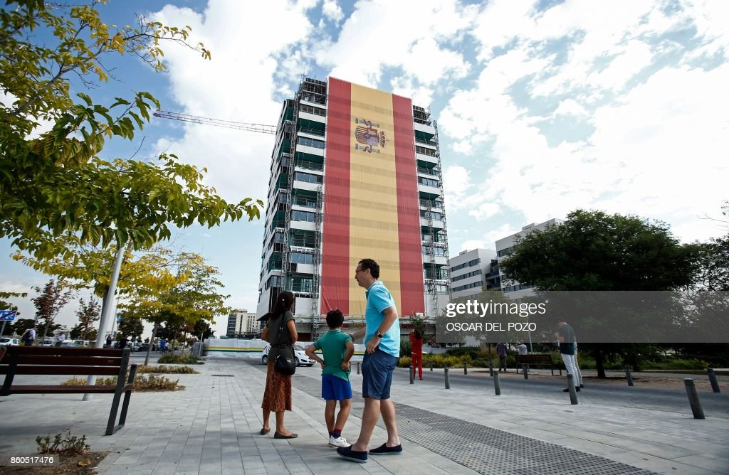 A huge Spanish flag covers the facade of building under construction in Valdebebas neighborhood in Madrid, October 12, 2017. Spain marks its national day under high tension as the country reels from the biggest challenge to unity in a generation with its Catalan region threatening to break away. /