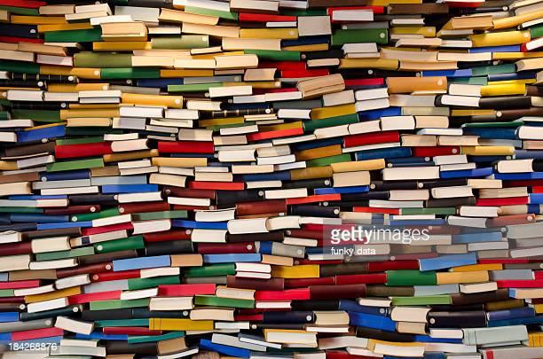 巨大なスタックの書籍-書籍の壁
