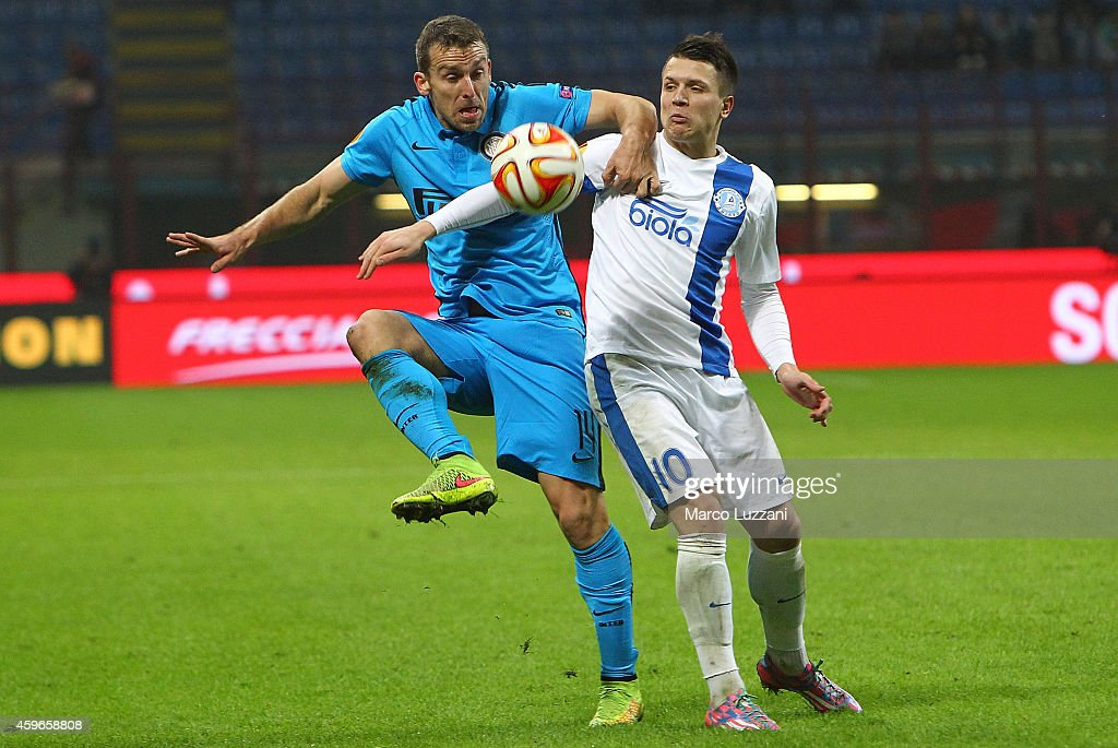 Hugo Armando Campagnaro of FC Internazionale Milano competes for the ball with <a gi-track='captionPersonalityLinkClicked' href=/galleries/search?phrase=Yevhen+Konoplyanka&family=editorial&specificpeople=7175416 ng-click='$event.stopPropagation()'>Yevhen Konoplyanka</a> of FC Dnipro Dnipropetrovsk during the UEFA Europa League Group F match between FC Internazionale Milano and FC Dnipro Dnipropetrovsk on November 27, 2014 in Milan, Italy.