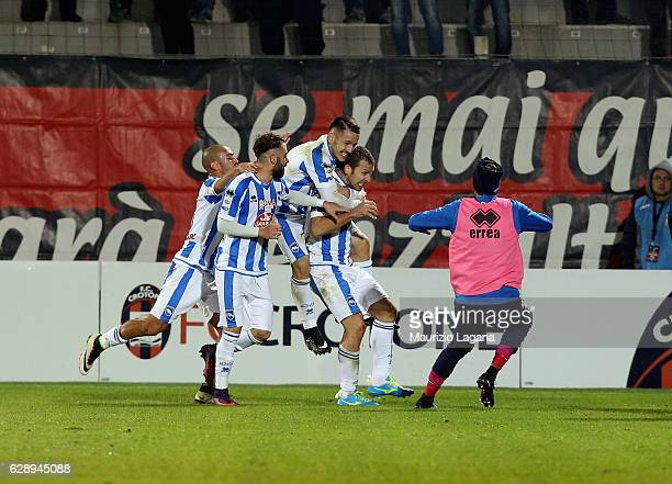 Hugo Campagnaro of Pescara celebrates after scoring his teams' equalizing goal during the Serie A match between FC Crotone and Pescara Calcio at...