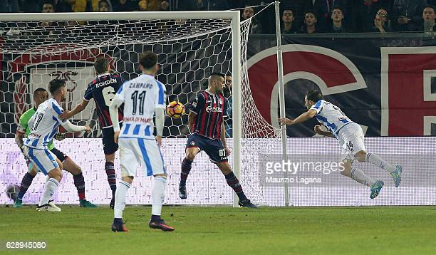 Hugo Campagnaro of Pescara scores his team's equalizing goal during the Serie A match between FC Crotone and Pescara Calcio at Stadio Comunale Ezio...