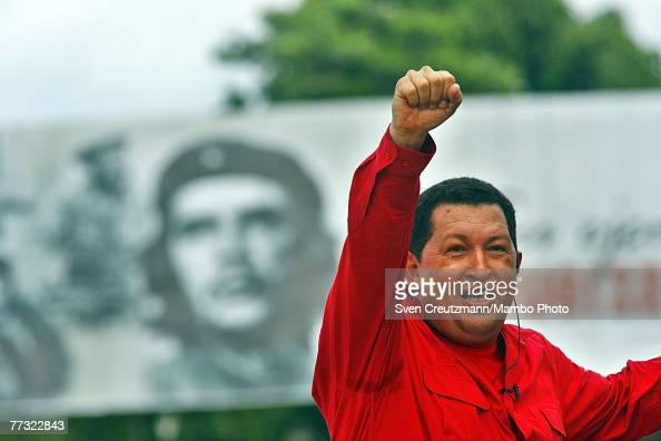 Hugo Chavez President of Venezuela gestures during his 'Alo Presidente' program in front of an image of Che Guevara October 14 2007 in Santa Clara...