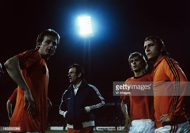 Hugo Hovenkamp coach Simon Zwartkruis John Rep Johan Neeskens during a match of the Dutch National team at 1980 Netherlands