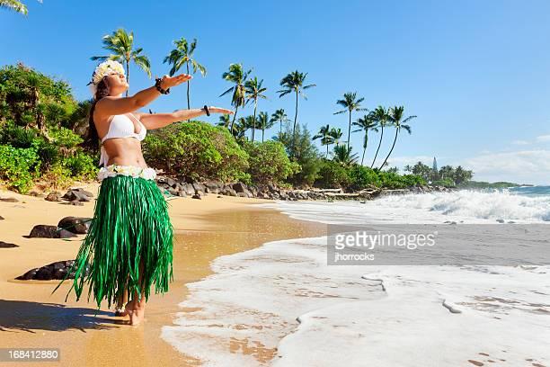 Danseuse de Hula au bord de la plage