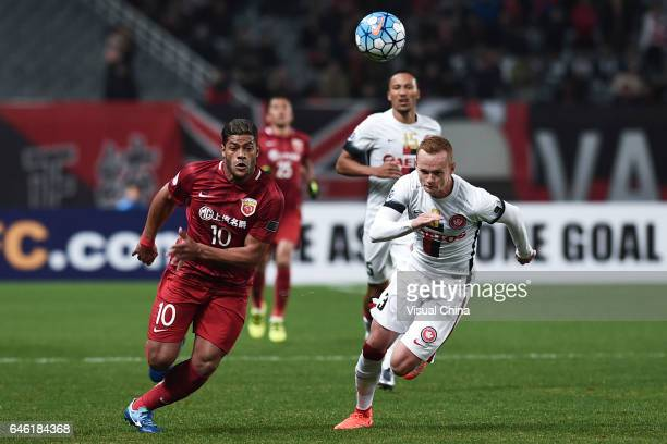 Hulk of Shanghai SIPG and Jack Clisby of Western Sydney Wanderers compete for the ball during the AFC Champions League 2017 Group F match between...