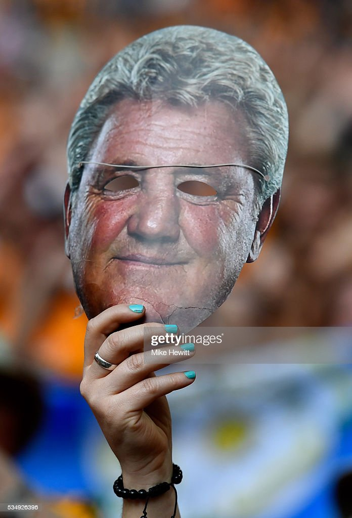 A Hull City fan holds up a Steve Bruce mask during Sky Bet Championship Play Off Final match between Hull City and Sheffield Wednesday at Wembley Stadium on May 28, 2016 in London, England.