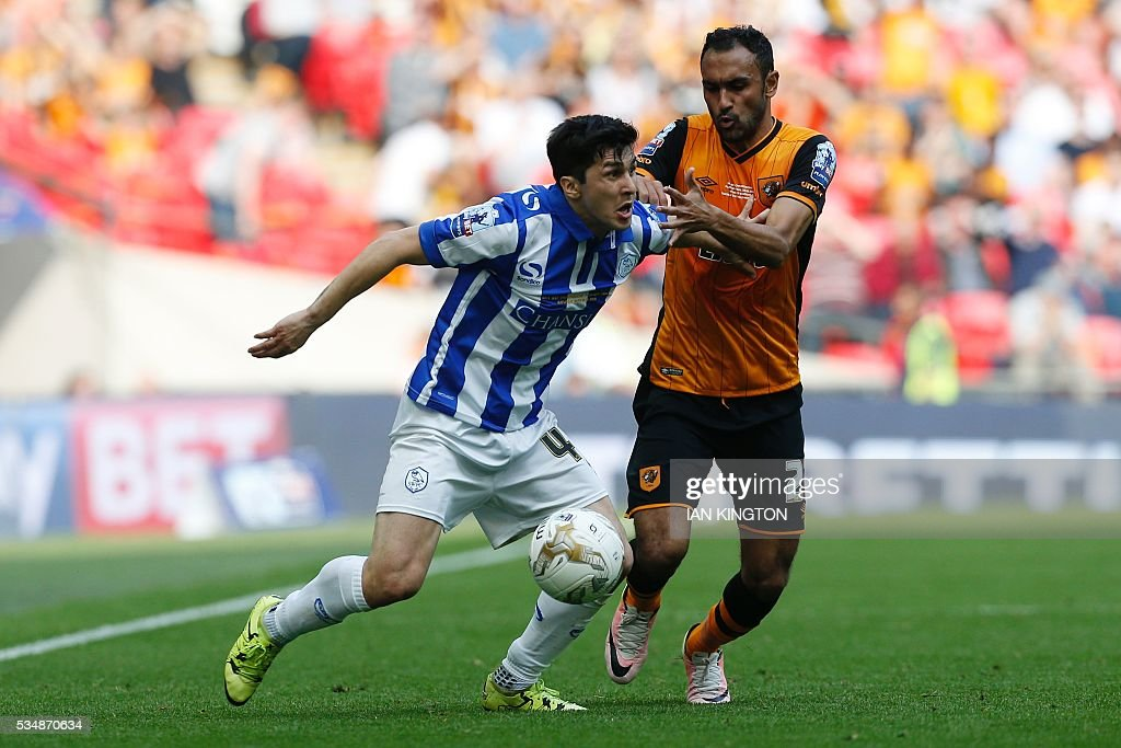 Hull City's Egyptian midfielder Ahmed Elmohamady (R) vies with Sheffield Wednesday's Italian striker Fernando Forestieri (L) during the English Championship play-off final football match between Hull City and Sheffield Wednesday at Wembley Stadium in London on May 28, 2016. / AFP / Ian Kington / NOT