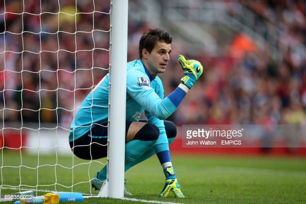 Hull City's Eldin Jakupovic organises his defence