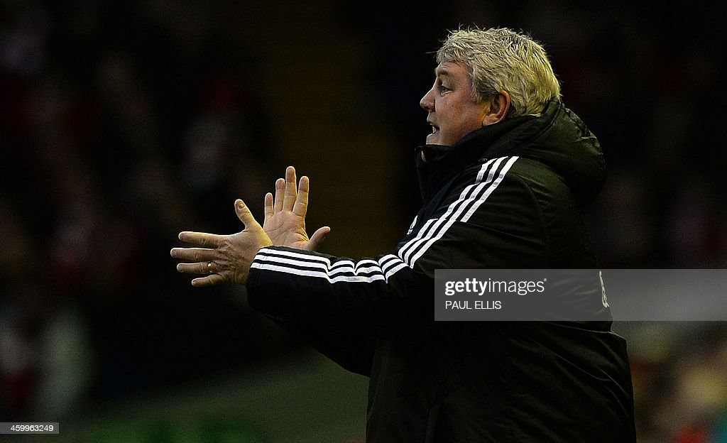 Hull City's English manager Steve Bruce applauds his players during the English Premier League football match between Liverpool and Hull City at Anfield in Liverpool, northwest England, on January 1, 2014. Liverpool won 2-0. AFP PHOTO / PAUL ELLIS USE. No use with unauthorized audio, video, data, fixture lists, club/league logos or live services. Online in-match use limited to 45 images, no video emulation. No use in betting, games or single club/league/player publications.