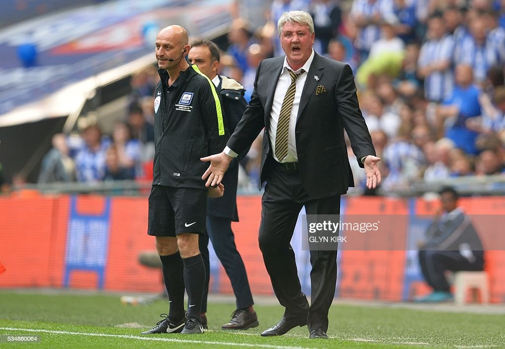 Hull City's English manager Steve Bruce (R) reacts on the touchline during the English Championship play-off final football match between Hull City and Sheffield Wednesday at Wembley Stadium in London on May 28, 2016. / AFP / GLYN