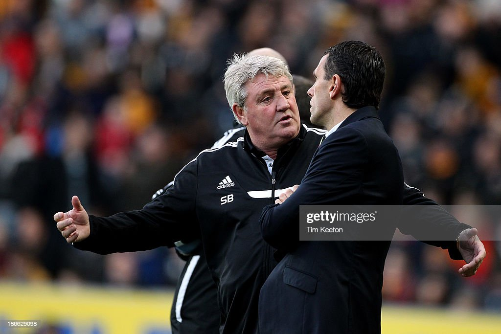 Hull City's Manager, Steve Bruce (L) clashes with Sunderland's Manager, Gus Poyet during the Barclays Premier League match between Hull City and Sunderland at KC Stadium on November 02, 2013 in Hull, England.